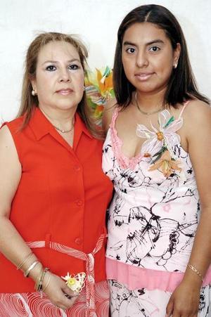 Brenda Rivera Zapata acompañada de su mamá, quien le organizó una fiesta de despedida de soltera.