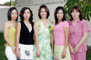 Liliana Campa Hernández acompañada de amistades el día de su despedida de soltera.