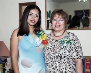 <b>13 de mayo </b><p> Mary Elizabeth Rodríguez Flores en compañía de Amabilia Félix Ramírez, quien le organizó una fiesta de despedida .