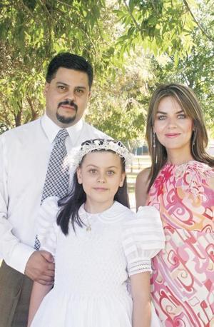 <I>PRIMERA COMUNIÓN</I><P>Victoria acompañada de sus padres Marco Antonio Mendoza Gutiérrez y Lucía Valdéz de Mendoza