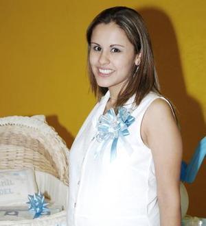 <b>13 de mayo </b><p> Yajaira Román de Lomas recibió felicitaciones por el próximo nacimiento de su bebé.