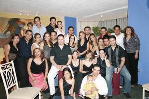 Carlos Anaya de la Toore y Carolina Cepeda Álvarez acompañados de un grupo de amigos, en la reunión que les ofrecieron con motivo de su próximo matrimonio.