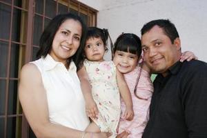 Fátima Mejía en compañía de sus papás, Víctor Mejía y Karla de Mejía y de su hermanita.