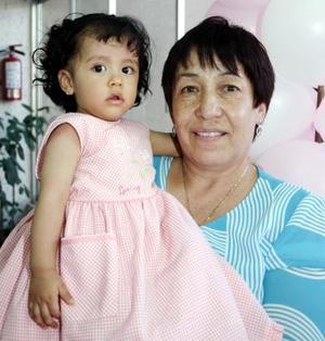 Valerida Ramírez Alba cumplió un año de vida, y su abuelita, San Juana Aguilar Venegas la festejó con una fiesta.