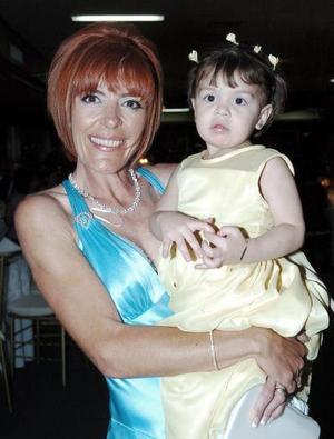 <b>13 de mayo </b> Victoria Aguirre de González y la pequeña Victoria Aguirre.
