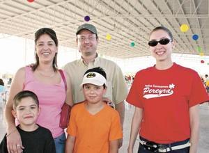 <I>GRAN KERMÉS EN PEREYRA</I><P>Luisa Müller de Benavides, Carlos Benavides, Cristina de la Peña, Carlos Benavides y Mario Reyes