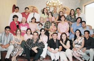 Alberto Humphrey Cabello y Clara María Dugay de Humphrey acompañada por sus hijos, nietos  y bisnietos