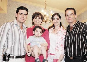 Al centro Ruth Humphrey de Ramos, sus hijos Fernando Ramos, Gustavo y Paola Gallegos y su nieto Gustavo Gallegos Ramos