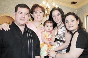 Aurora Humphrey con sus hijos Carlos y Kelly Aguirre, su hija Annie y su nieta Maria Ángel Aguirre