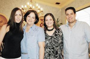 Al centro Clara María Humphrey de Martínez y sus hijos Clara María, Daniela y Julio Alberto
