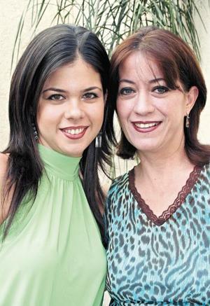 Mariana Sánchez acompañada de su mamá, Maruza García