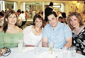 <I>EFRAÍN CELEBRA SU CUMPLEAÑOS</I><P>Lourdes Alvarado, Cuqui Gutiérrez, Efraín López y Lorena Rodríguez