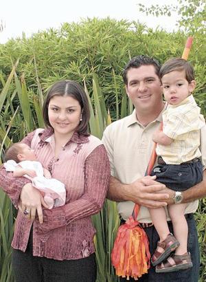 Israel De Cayón y Mayra Dávila de De Cayón con sus hijos Diego y María José