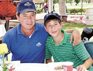 Guillermo Saldaña con su hijo Guillermo
