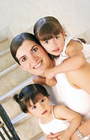 Adriana Martínez de Bartheneuf con sus hijas Valeria y Andrea