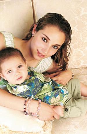 Lizeth Canedo de Bartheneuf con su hijo Lalito