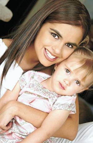 Norma Duarte de Lavín con su hija Regina