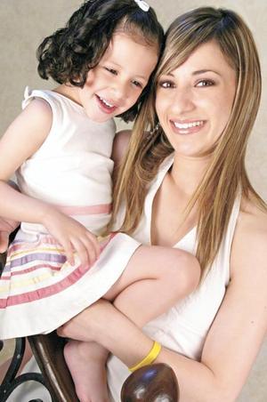Elizabeth Gibert Lambros con su hija Isabella