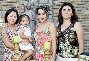 Karla Siberia Salazar Ganem, acompañada de asistentes a su fiesta de despedida.