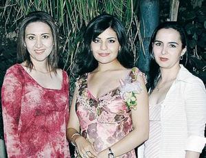 La festejada Lizy Galiano con sus amigas Alejandra Recio y Lupita Becerra.