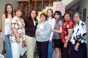 Diana Sosa Borja acompañada de amigas y familiares en su fiesta de canastilla