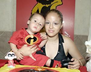 <b>14 de mayo </b><p> Rodrigo Demián Herrera Morales junto a su mamá, Jennifer Morales
