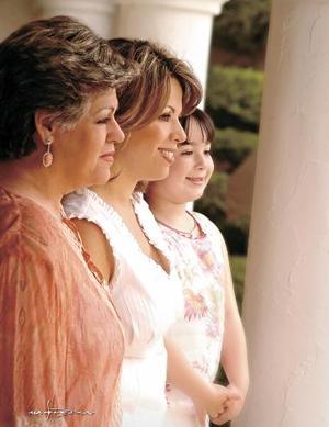 Chachis Bustos de Noriega, Brenda Noriega de Necochea y Brenda Necochea Noriega.
