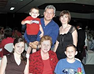 Frida L. de Sosa con su hijo Ernesto Sosa, su nuera Tony y sus nietos Neto; Fernando y Tony.