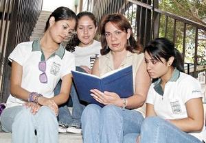 Maestra Patricia Batres Luna con sus alumnas.