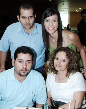 Sra. Leticia Olvera Acevedo y sus hijos Gabriela, Alfonso y Armando.
