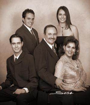 Sr. Juan Antonio Abusaid Rodríguez y Sra. Leticia Barrera de Abusaid celebraron sus bodas de plata en compañía de sus hijos Juan, David, y Sofía
