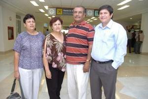 Elodia Vega viajó a California y fue despedido por Irene de la Rosa, Javier y Jorge Vega.jpg