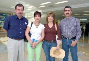 <b>15 de mayo </b> <p> Gaby de Abusaid y Laura de Handal viajaron a Campeche, las desídieron Fernando y Carlos.jpg