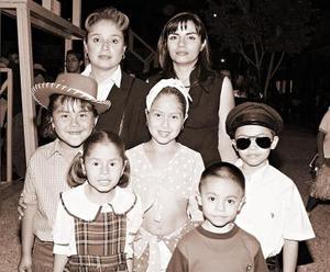 Andrea, Natalia, Giovana y Víctor acompañados de sus mamás Antonia y Leticia.