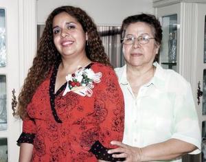 Adriana Rojas Tello disfrutó de una fiesta de despedida de soltera que le ofreció su mamá