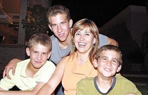 Laura González de Murra acompañada de sus hijos Alejandro, Juan Pablo y Jorge.