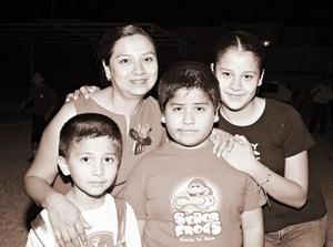 María del Socorro Muñiz y sus hijos Karen, David y Juan Alberto.