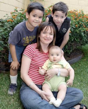 Sara Alicia de Rivera de Del Valle y sus hijos David, Diego y Daniel.