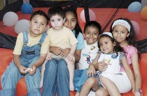 Carlos Luna Santos acompañado por un grupo de amiguitos, el día que celebró su segundo cumpleaños.