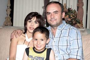 Mónica Santibáñez de Rivera, Héctor Valdéz y Héctor Rivera, captados en pasado festejo