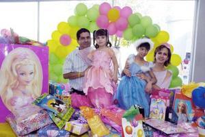 Kathia Mancillas Arellano con sus papás Miguel Mancillas, Lorena Arellano y su hermanita en su fiesta de cumpleaños.