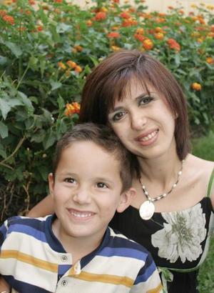 Mónica Santibáñez de Rivera con su hijo Héctor Rivera