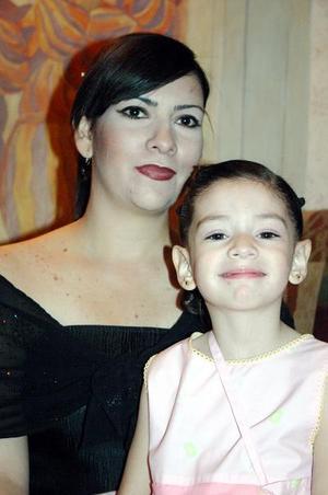 La pequeña Ana Luc÷ia P÷erez Ortiz y su mam÷a la señora Argentina Ortiz.
