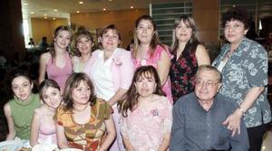 Con Motivo del Día de las Madres, el señor rafael Rosales invitó a comer a sus hijas martha, Lily, Magdalena, Lety, Cecy, Blanca, Laurae Idalia, y nietas