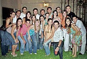 Gerardo Murra y Vicky Ibargüengoitia con un grupo de amigos en su despedida de solteros.