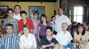 Rosina Guerrero de De Alvarado acompañada de Rosina De Alvarado de Morillón, Ivonne T. de Alvarado, Vicente de Alvarado Alfaro, Alfredo de Alvarado, Rogelio Morillón y de sus nietos