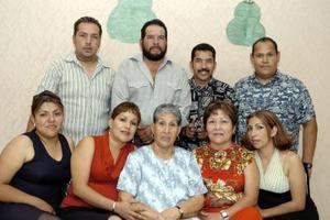 Señora Mercedes Vázquez, en compañía de sus hijos Meny, Memo, Armando, Agustín, Josefina, Esperanza, Virginia y Ana.