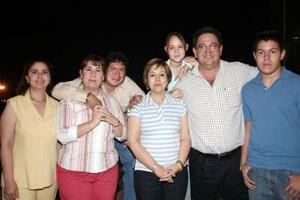 <b>15 de mayo </b> <p> Eduardo Burgos Abularach celebró su cumpleaños en días pasados, con una reunión que le organizaron el Grupo de los Jueves.