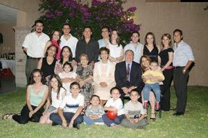 José Luis López Romo y Patricia Meléndez de López acompañados por sus familiares.