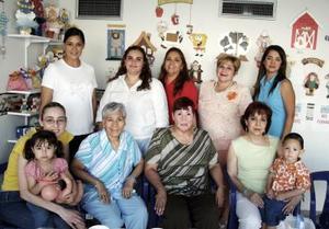 Brenda Román de Ortiz, Edith de  <b>16 de mayo </b> <p> Cuevas, Lety de Guzmán, Sandra de Guzmán, Marcela de Ortega, Dany de Uribe, Irma Uribe, Esther de Uribe e Imelda de Valdés.